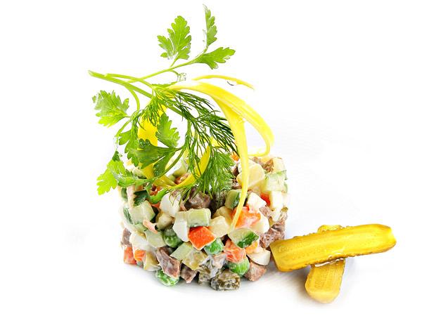 Салат с говядиной огурцом зеленым горошком